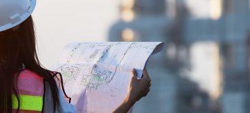 עובדת בתחום הבניה מחזיקה מפרט בניין
