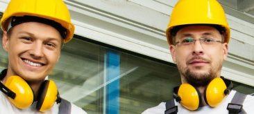 שני עובדי בניין חובשים קסדות בטיחות