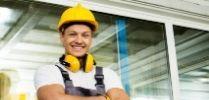 עובד בניין מחייך